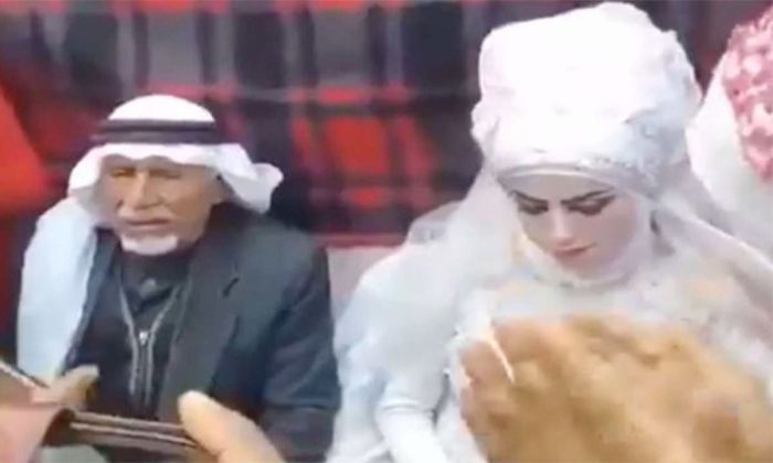 A Man 37 Th Marriage In Front Of 28 Wives Video Viral-28 మంది భార్యల సమక్షంలో 37వ పెళ్లి -General-Telugu-Telugu Tollywood Photo Image-TeluguStop.com