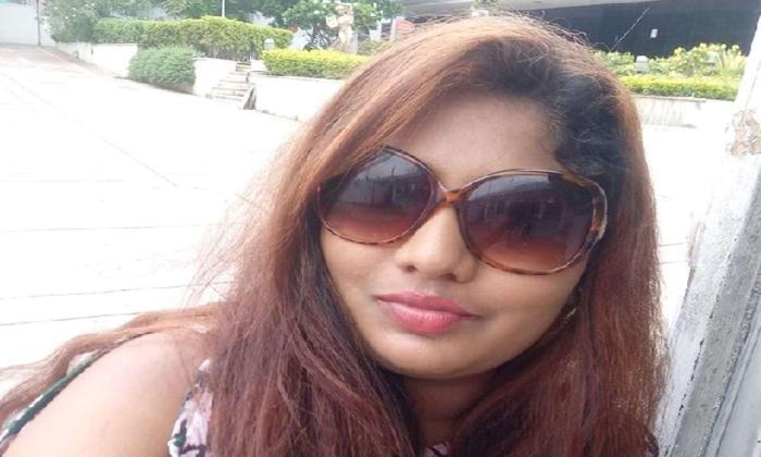 Actress Sunitha Boya Turned As A Fruit Seller Due To Corona-TeluguStop.com