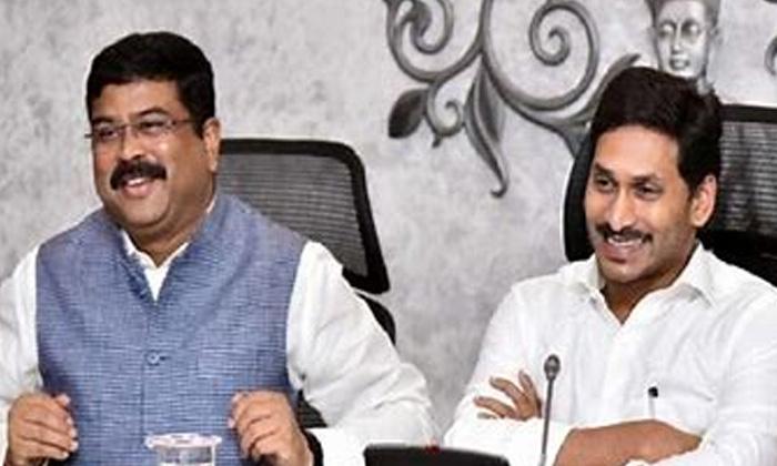 Cm Ys Jagan Meets Central Minister Dharmendra-ఆ కేంద్ర మంత్రి సానుకూలంగా స్పందించారు అంటున్న జగన్..-Political-Telugu Tollywood Photo Image-TeluguStop.com