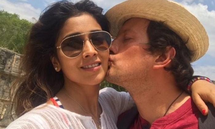 Shriya Saran Romance With Husband Photos Goes Virl In Social Media-TeluguStop.com