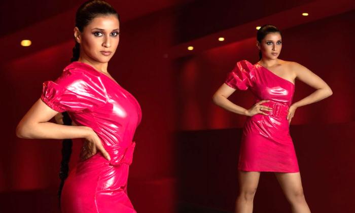Stunning Actress Mannara Pink Top Hot Glamorous Images-telugu Actress Hot Photos Stunning Actress Mannara Pink Top Hot G High Resolution Photo