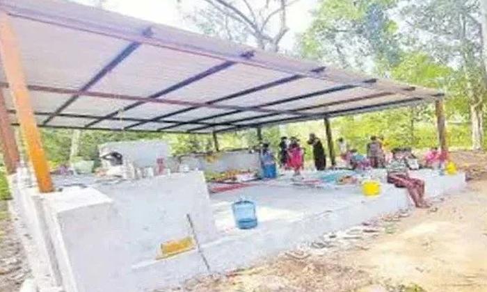 Tribals Using Burial Ground As Isolation Center In Khammam District-అక్కడ వారికి స్మశానమే ఐసోలేషన్ సెంటర్..-Breaking/Featured News Slide-Telugu Tollywood Photo Image-TeluguStop.com