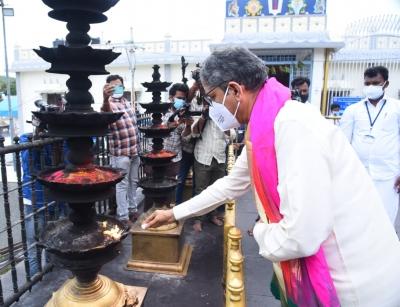 Cji Nv Ramana Worships At Tirupati Temple-TeluguStop.com