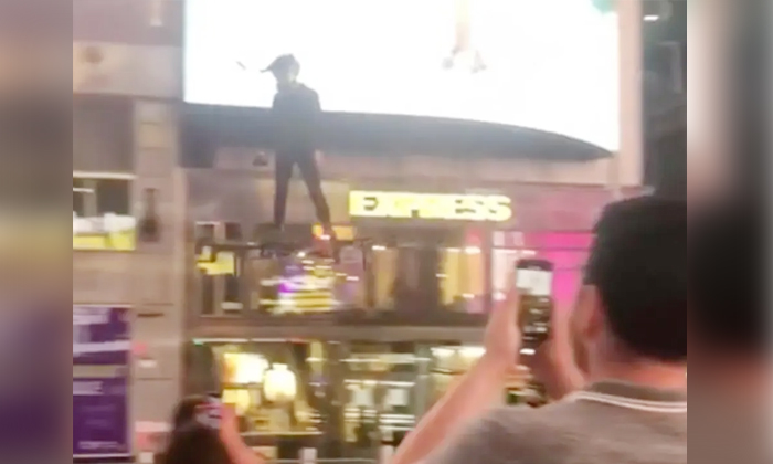 Drone Man Flying Crazy On Drone At New York Times Square-TeluguStop.com