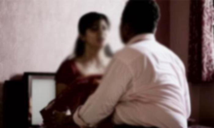 A Men Brutally Killed By His Wife For Extra Marital Affair In Mumbai-ప్రియుడితో కలిసి బెడ్ రూమ్ లో భార్య ఎంజాయ్ చేస్తుండగా భర్త చూశాడని.. ఏకంగా…-General-Telugu-Telugu Tollywood Photo Image-TeluguStop.com