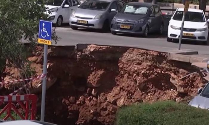 Sinkhole Swallows Cars In Jerusalem-వామ్మో.. కార్లను అమాంతం మింగేసిన భూమి-General-Telugu-Telugu Tollywood Photo Image-TeluguStop.com