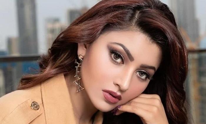 Actress Uravashi Rautela Mud Stained Phtos Viral-TeluguStop.com