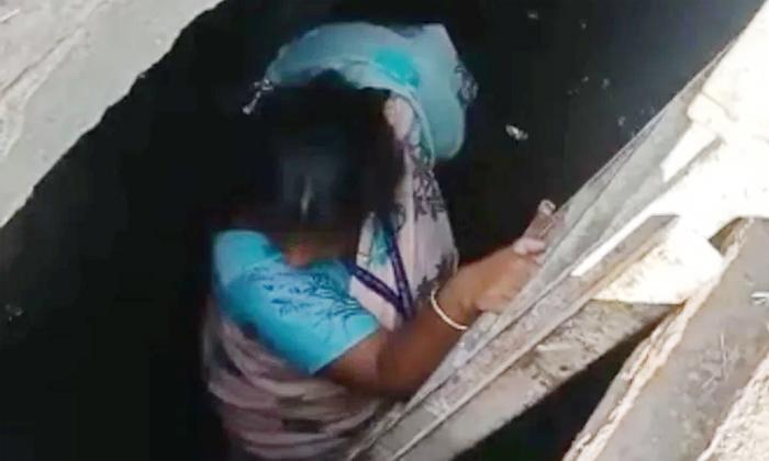 Mumbai Municipal Officer Enters Into A Manhole-TeluguStop.com