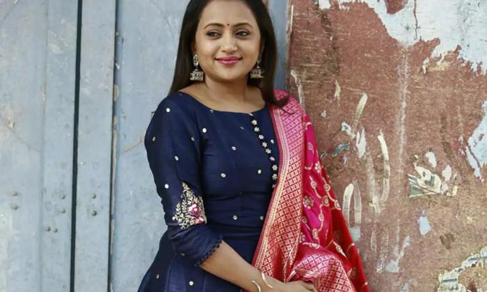 Anchor Suma Kanakala Advertising Products From Home-TeluguStop.com