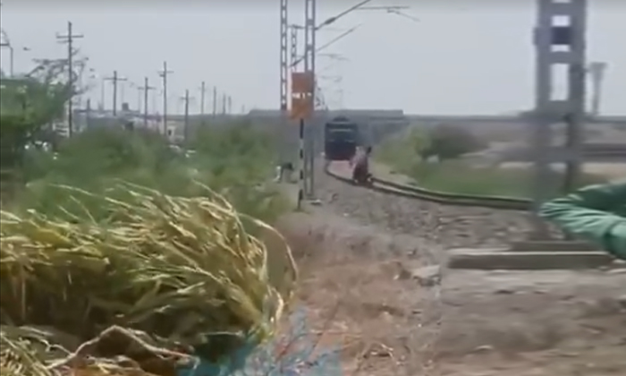 Viral Video A Fast Train On One Side And A Bike Stuck On The Railway Track On The Other Finally-TeluguStop.com