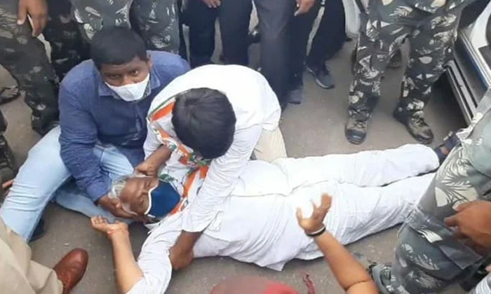 Tension In Congress Protest Rally-కాంగ్రెస్ నిరసన ర్యాలీలో ఉద్రిక్తత.. -Breaking/Featured News Slide-Telugu Tollywood Photo Image-TeluguStop.com