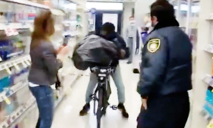 Viral Video A Thief Came On Cycle And Theft Infront Of Public In Super Market In San Fransisco-TeluguStop.com
