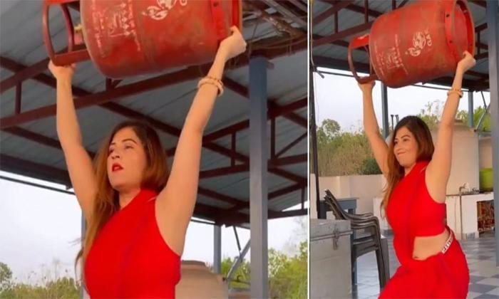 Viral Video A Woman Feats With Lpg Gas Cylinder In Saree-వైరల్ వీడియో: చీర కట్టుకొని ఎల్పిజి గ్యాస్ సిలిండర్ తో ఫీట్స్ చేస్తూ అదరగొట్టిన మహిళ..-General-Telugu-Telugu Tollywood Photo Image-TeluguStop.com