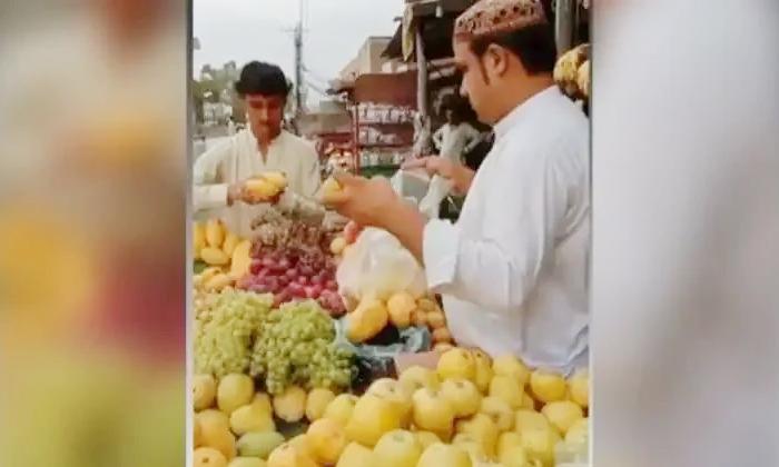 Viral Video Fruits Seller Cunning Idea Cheating Customers-TeluguStop.com
