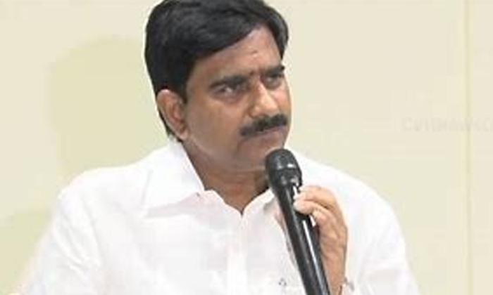 Chandrababu Consults Devineni Family Members-TeluguStop.com