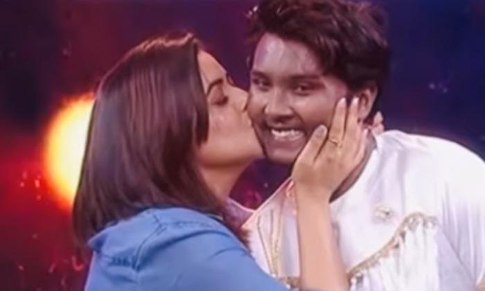 Poorna Gets Trolling On Bites Cheek Scence In Dhee-TeluguStop.com