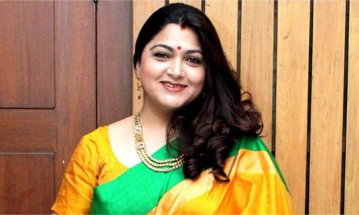 Kushboo Sundar With Her Daughters Latest Pics Goes Viral-TeluguStop.com