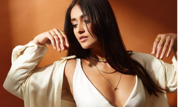 Illeana Dcruz Cleavage Show In Yellow Bikini Photo Goes Viral-TeluguStop.com