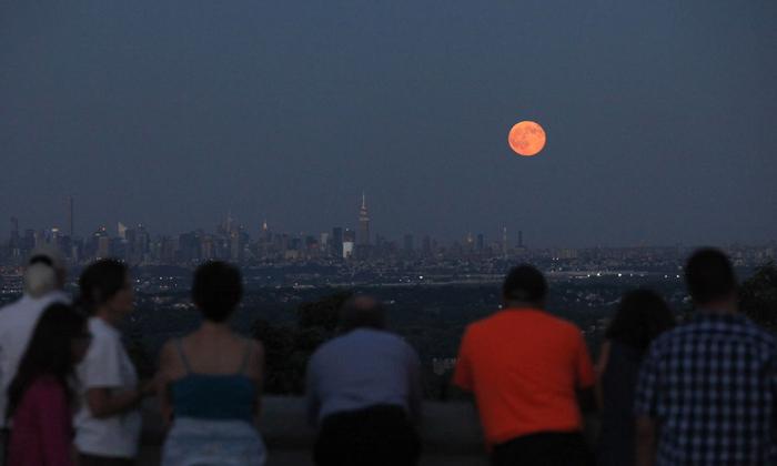 Moon Change Colours Orange In America-TeluguStop.com