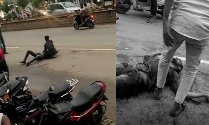 Brutal Murder Attempt Stabbing With Knife On The Roads Of Janagama-TeluguStop.com
