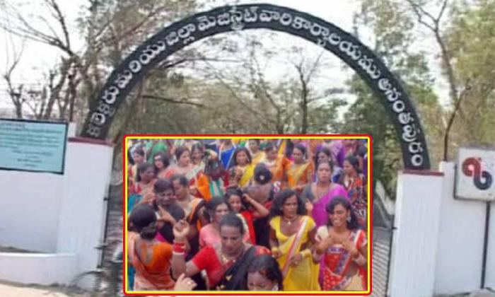 Gang War Between Bangalore Hijras And Rayalaseema Hijras-TeluguStop.com