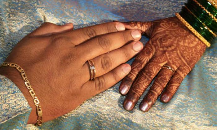 Groom Unusual Behavior At First Night Bride Booked Case On Groom Parents In Narasaraopet-TeluguStop.com