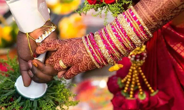 Husbands Sister Harass The Bride When She Did Not Put Her Right Foot In The Temple-TeluguStop.com