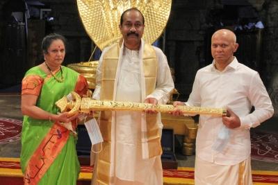 Hyderabad Bizman Donates Rs 1 Cr Gold Sword To Tirupati Deity-TeluguStop.com