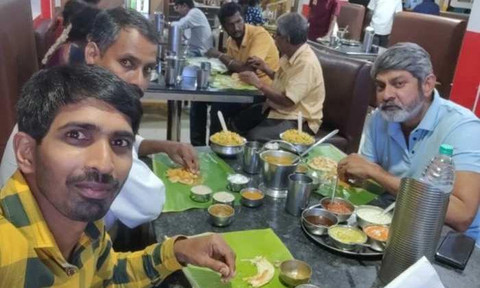 Jagapathi Babu Eating Roadside With His Assistant-TeluguStop.com