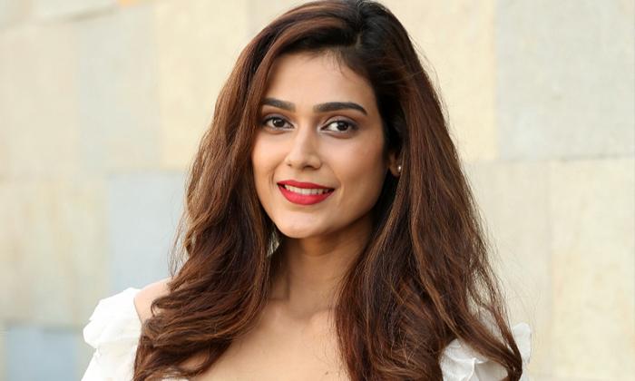 Malli Raava Movie Fame Akanksha Singh Started Restaurant Business-TeluguStop.com