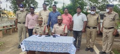 Man Held For Smuggling Red Sanders Worth Rs 20l In Andhra-TeluguStop.com