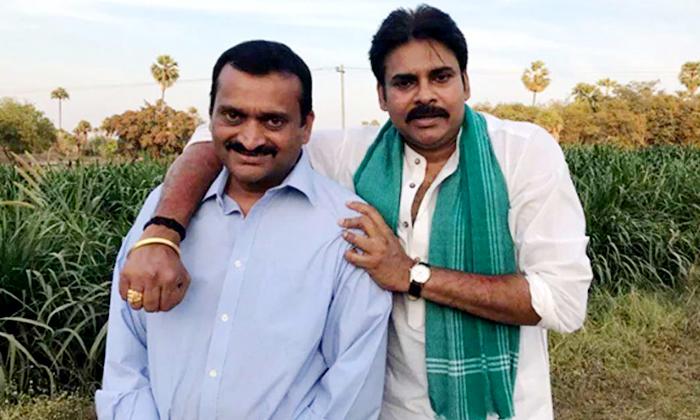 Pawan Kalyan Pic In Bandla Ganesh Goes Viral-TeluguStop.com