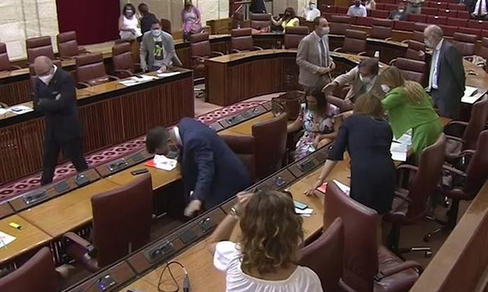 Viral Video Praliament Members In Spain Runs Seeing The Rat-TeluguStop.com