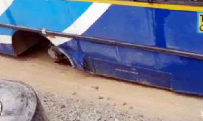Rtc Bus Tyre Came Out When Bus Running Torrur Telangana-TeluguStop.com