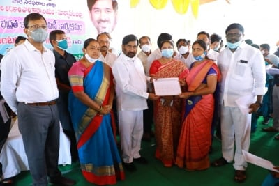 Telangana Distributes Over 3 Lakh New Ration Cards-TeluguStop.com