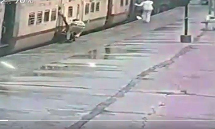 Viral Video Rpf Constable Cleverly Rescues Woman Who Fell Under Train-TeluguStop.com