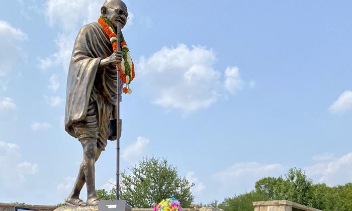 Ohio State Senator Niraj Antani Pays Floral Tribute To Mahatma Gandhi Statue At Dallas-TeluguStop.com