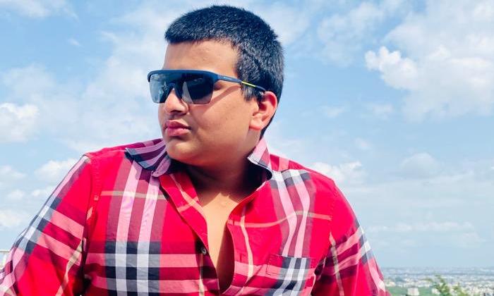 Bandla Ganesh Son Hitesh Nagan Bandla Photo Goes Viral In Twitter-TeluguStop.com
