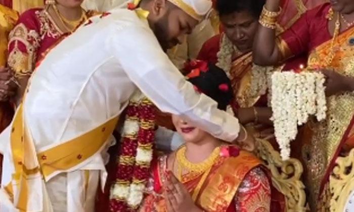 Groom Wears Mangalsutra Bride Cries Bitterly-TeluguStop.com