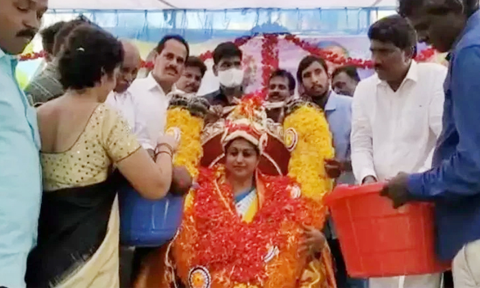 Chittor Fans Suprises Nagari Mla Roja With Flowers-TeluguStop.com