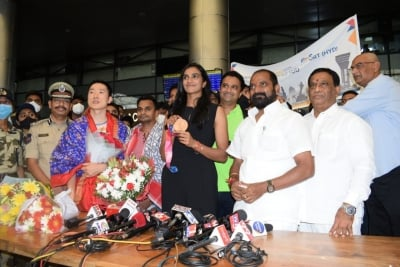 Double Olympic Medalist Sindhu Arrives In Hyd To Rousing Welcome-TeluguStop.com