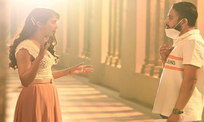 Tollywood Star Heroine Pooja Hegde Reveals Her Look From Radheshyam Movie Wishing Director Radhakrishna In Instagram-TeluguStop.com