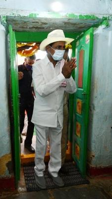 Telangana Cm Visits Adopted Village, Interacts With Dalits-TeluguStop.com