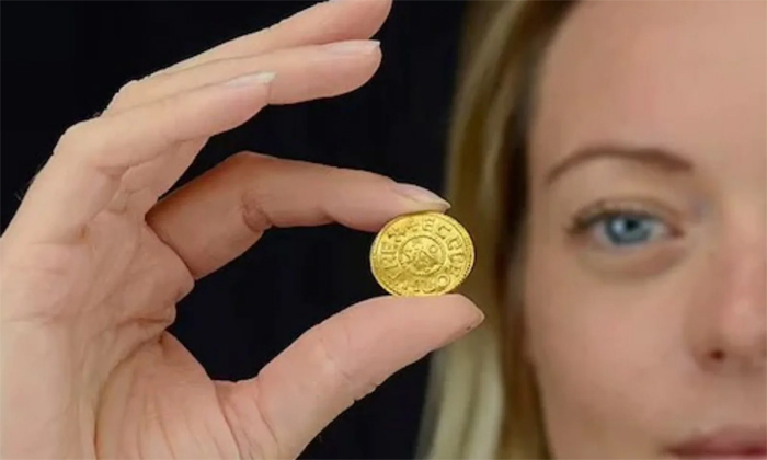 Viral Two Crores Valued Gold Coin Found To Uk Treasure Hunter-TeluguStop.com