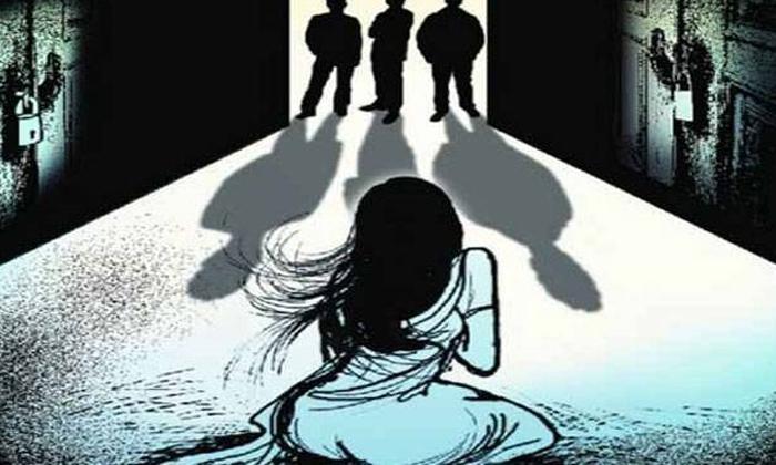 30 Members Blackmailings Minor Girl And Harassments In Maharashtra-TeluguStop.com