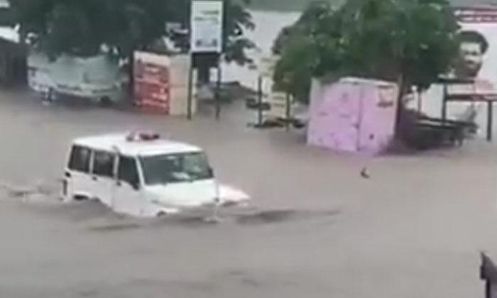 Car Crashing Into Floods Anand Mahindra Falling-TeluguStop.com