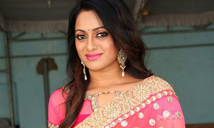 Telugu Anchor Udaya Bhanu, Anchor Udaya Bhanu Madhumathi Movie, Anchor Udaya Bhanu Movies, Anchor Udaya Bhanu Serials, Anchor Udaya Bhanu Struggles In Film Industry, Tollywood, Udaya Bhanu Fires On Director, Udaya Bhanu Husband, Udayabhanu-Movie