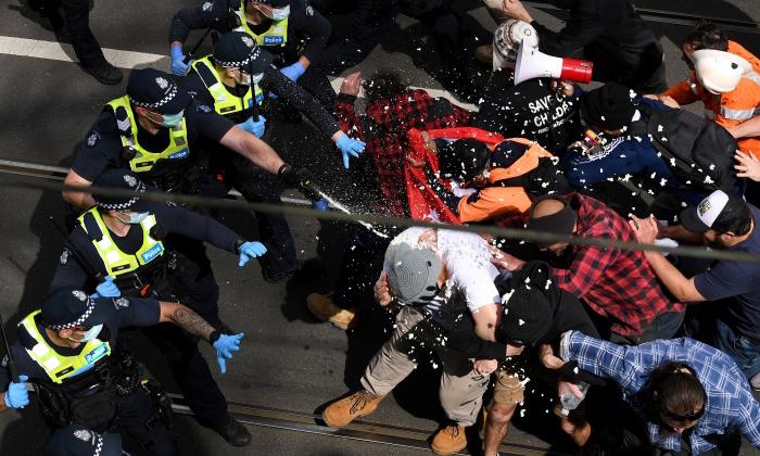 Melbourne Lockdown Protests Turns Violent Attack Police-TeluguStop.com