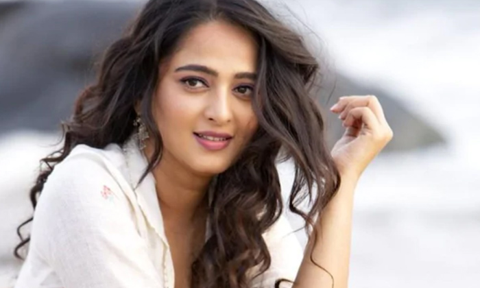 Tollywood Heroine Anushka Rejectec Offer To Build A Temple-TeluguStop.com