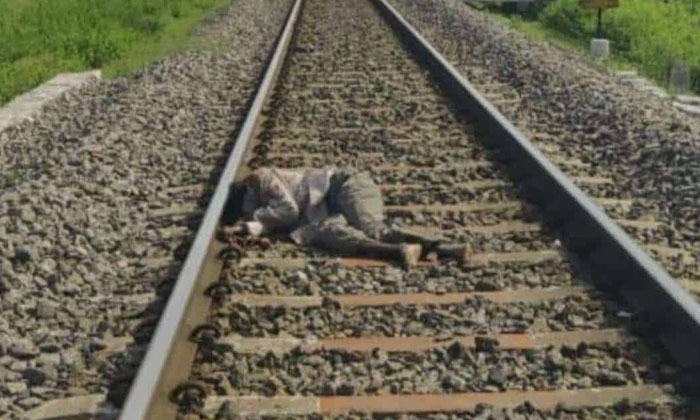 Accused Raju Commits Suicide Baby Father Sensational Comments-TeluguStop.com